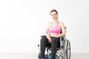 スポーツウェアを着て車椅子に乗る外国人の女性の写真素材 [FYI04712517]