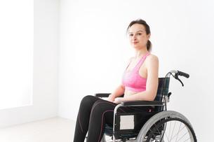 スポーツウェアを着て車椅子に乗る外国人の女性の写真素材 [FYI04712518]