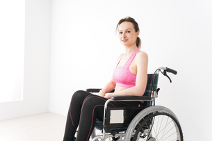 スポーツウェアを着て車椅子に乗る外国人の女性の写真素材 [FYI04712519]