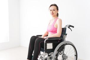 スポーツウェアを着て車椅子に乗る外国人の女性の写真素材 [FYI04712520]