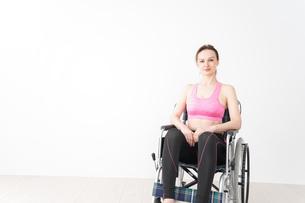 スポーツウェアを着て車椅子に乗る外国人の女性の写真素材 [FYI04712521]