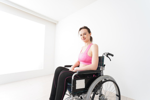 スポーツウェアを着て車椅子に乗る外国人の女性の写真素材 [FYI04712522]