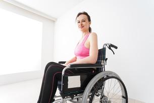 スポーツウェアを着て車椅子に乗る外国人の女性の写真素材 [FYI04712523]