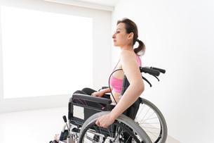 スポーツウェアを着て車椅子に乗る外国人の女性の写真素材 [FYI04712524]