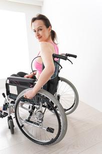 スポーツウェアを着て車椅子に乗る外国人の女性の写真素材 [FYI04712525]