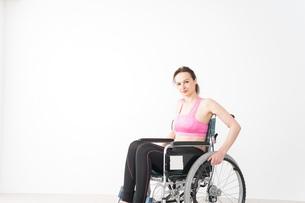 スポーツウェアを着て車椅子に乗る外国人の女性の写真素材 [FYI04712527]