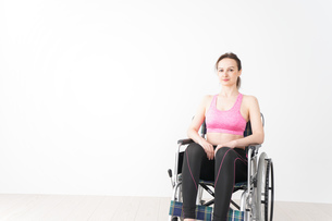 スポーツウェアを着て車椅子に乗る外国人の女性の写真素材 [FYI04712528]