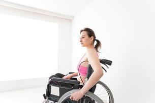 スポーツウェアを着て車椅子に乗る外国人の女性の写真素材 [FYI04712529]