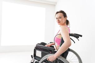 スポーツウェアを着て車椅子に乗る外国人の女性の写真素材 [FYI04712530]