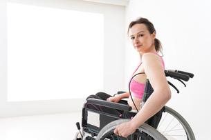 スポーツウェアを着て車椅子に乗る外国人の女性の写真素材 [FYI04712531]