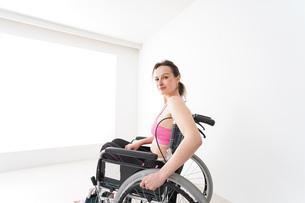 スポーツウェアを着て車椅子に乗る外国人の女性の写真素材 [FYI04712532]