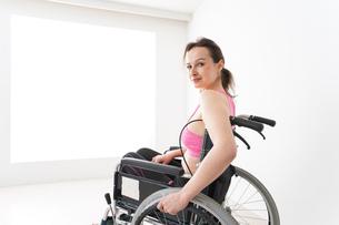 スポーツウェアを着て車椅子に乗る外国人の女性の写真素材 [FYI04712533]