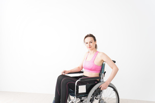 スポーツウェアを着て車椅子に乗る外国人の女性の写真素材 [FYI04712534]