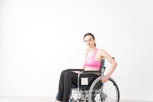 スポーツウェアを着て車椅子に乗る外国人の女性の写真素材 [FYI04712535]