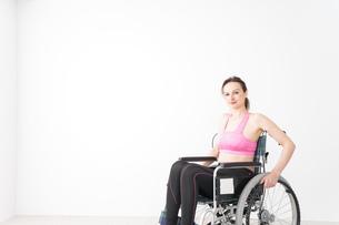 スポーツウェアを着て車椅子に乗る外国人の女性の写真素材 [FYI04712536]