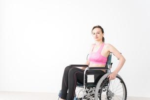 スポーツウェアを着て車椅子に乗る外国人の女性の写真素材 [FYI04712537]