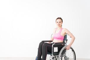 スポーツウェアを着て車椅子に乗る外国人の女性の写真素材 [FYI04712538]