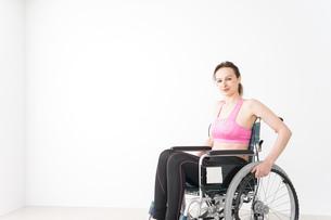 スポーツウェアを着て車椅子に乗る外国人の女性の写真素材 [FYI04712539]