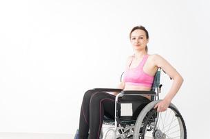 スポーツウェアを着て車椅子に乗る外国人の女性の写真素材 [FYI04712540]