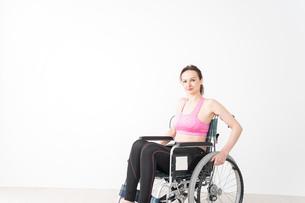スポーツウェアを着て車椅子に乗る外国人の女性の写真素材 [FYI04712541]
