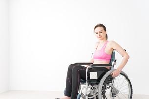 スポーツウェアを着て車椅子に乗る外国人の女性の写真素材 [FYI04712542]