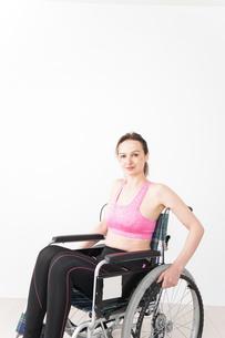 スポーツウェアを着て車椅子に乗る外国人の女性の写真素材 [FYI04712545]