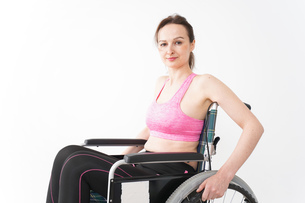 スポーツウェアを着て車椅子に乗る外国人の女性の写真素材 [FYI04712546]