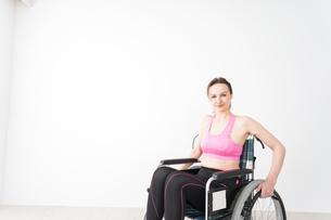 スポーツウェアを着て車椅子に乗る外国人の女性の写真素材 [FYI04712548]