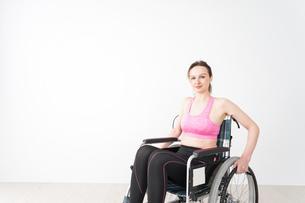 スポーツウェアを着て車椅子に乗る外国人の女性の写真素材 [FYI04712549]