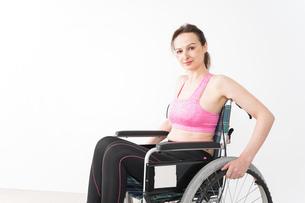 スポーツウェアを着て車椅子に乗る外国人の女性の写真素材 [FYI04712550]