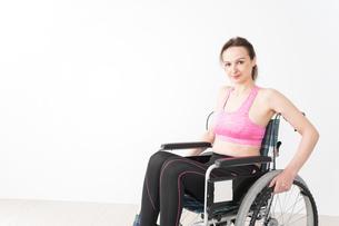 スポーツウェアを着て車椅子に乗る外国人の女性の写真素材 [FYI04712552]