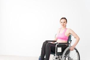 スポーツウェアを着て車椅子に乗る外国人の女性の写真素材 [FYI04712553]