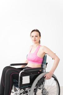 スポーツウェアを着て車椅子に乗る外国人の女性の写真素材 [FYI04712562]