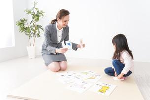 英会話レッスンを受ける子どもの写真素材 [FYI04712604]