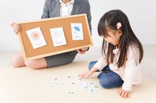 英会話レッスンを受ける子どもの写真素材 [FYI04712629]