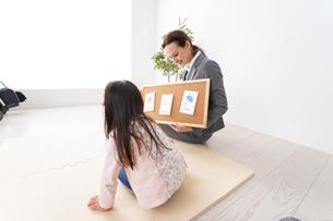 英会話レッスンを受ける子どもの写真素材 [FYI04712636]