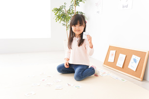 英語のお勉強をする子どもの写真素材 [FYI04712643]