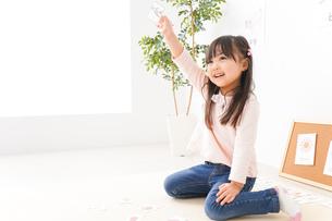 英語のお勉強をする子どもの写真素材 [FYI04712650]