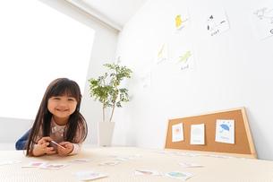 英語のお勉強をする子どもの写真素材 [FYI04712662]