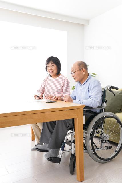 契約をする高齢の夫婦の写真素材 [FYI04712719]