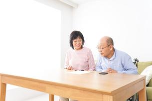 契約をする高齢の夫婦の写真素材 [FYI04712721]