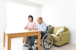 契約をする高齢の夫婦の写真素材 [FYI04712723]