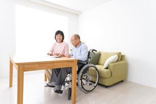 契約をする高齢の夫婦の写真素材 [FYI04712725]