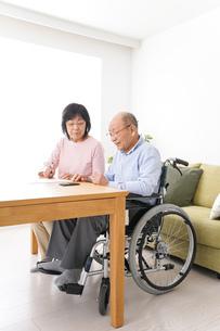 契約をする高齢の夫婦の写真素材 [FYI04712726]