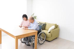 契約をする高齢の夫婦の写真素材 [FYI04712727]