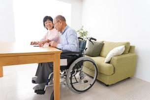 契約をする高齢の夫婦の写真素材 [FYI04712728]