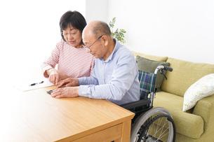 契約をする高齢の夫婦の写真素材 [FYI04712729]