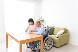 契約をする高齢の夫婦の写真素材 [FYI04712730]