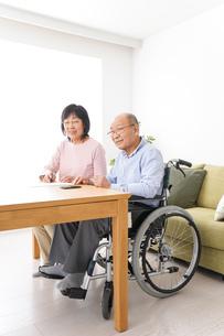 契約をする高齢の夫婦の写真素材 [FYI04712731]