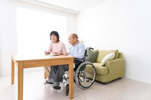 契約をする高齢の夫婦の写真素材 [FYI04712732]